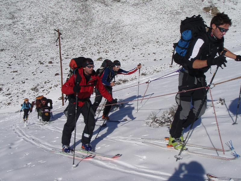 Equipe sans limite tracte ski assis
