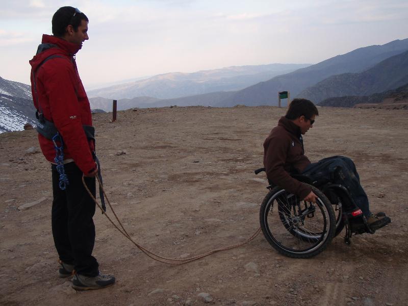 Max tracte le fauteuil roulant