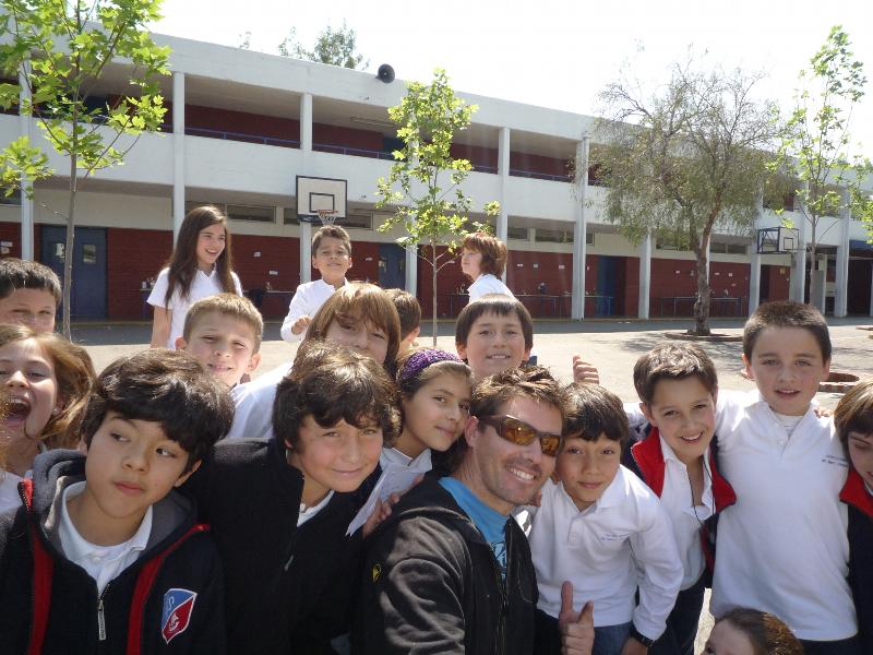 Bastos avec les enfants au Chili
