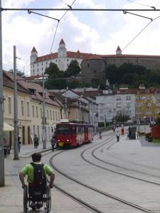 accessibilité Europe de l'Est - Horizons Partagés _chateau_tram_bratislava