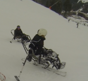 Dérapage en ski assis