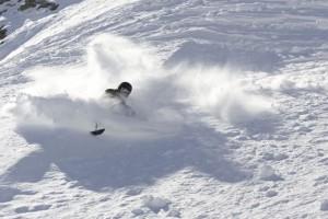ski-assis-poudreuse