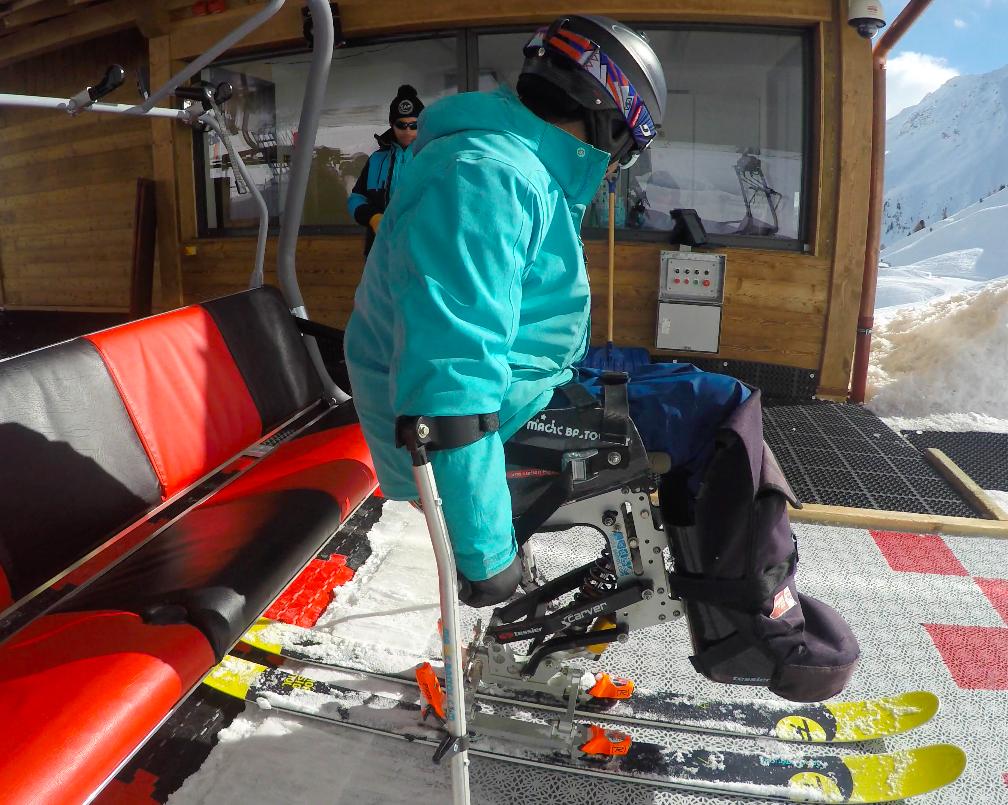 Embarquement télésiège skieurs assis confirmés