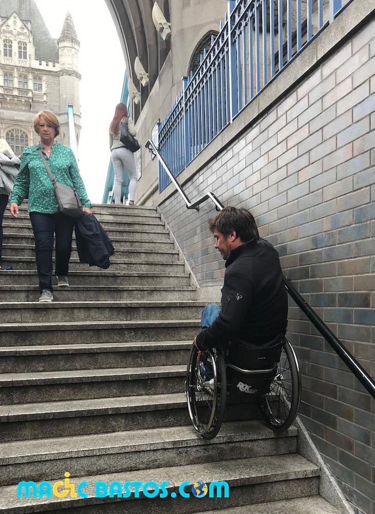 tower-bridge-fauteuil-roulant-descendre-marches